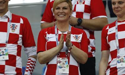 بالفيديو رئيسة كرواتيا ترقص مع لاعبي منتخب كرواتيا احتفالا بالفوز علي المنتخب الروسي والتأهل للنصف النهائي كأس العالم روسيا 2018