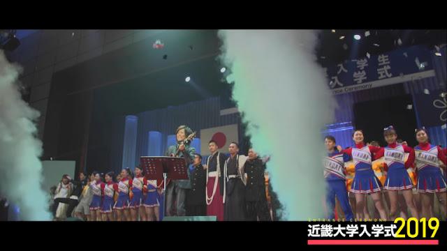 pertunjukan musik oleh Tsunku