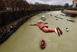le plongeon du Nouvel an dans le Tibre à Rome