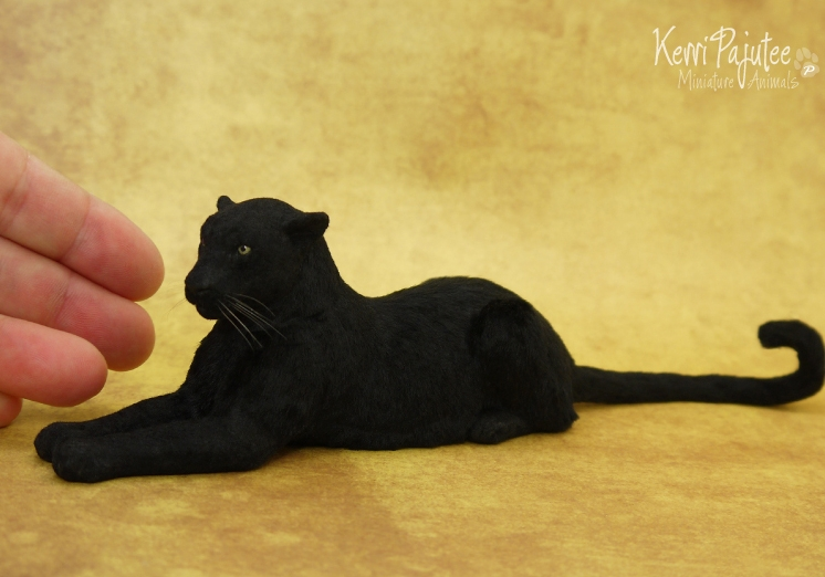 08-Black-Leopard-Kerri-Pajutee-Miniature-Sculpture-that-look-Real-www-designstack-co