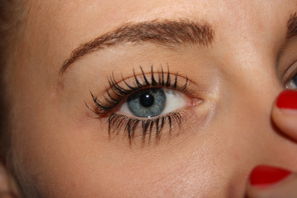 woman wearing unclumped mascara.