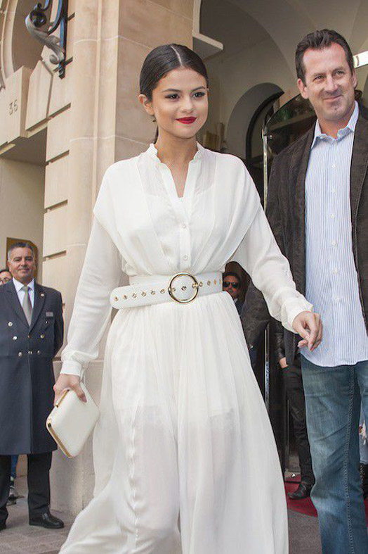 Selena Gomez On the side of beauty, she also did strong with its impeccably drawn and wearing back hair and her red mouth!