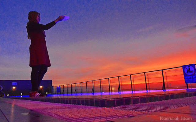 Ketika senja di atas rooftop hotel