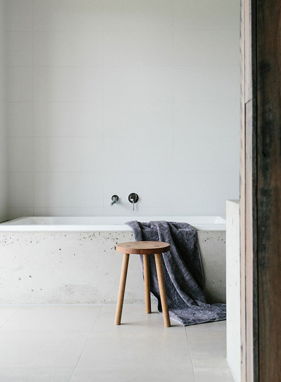 Minimalistic bathtub | Tara Pearce via Est Magazine