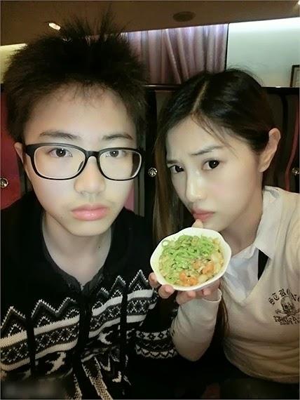 Wu Wen Xuan(Kanan) Terlihat Seperti Gadis Umur 20an, Tapi Ia Adalah Seorang Ibu Berumur 41 Tahun