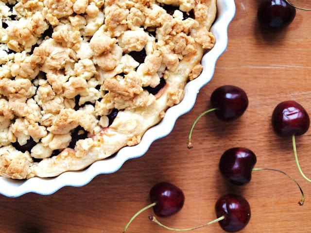 Kirschkuchen mit Pudding und gesalzenen Streuseln