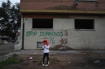 Un niño de 7 años frente a la antigua fábrica donde vive con su familia después de que se decidiera la demolición de su vivienda en Madrid (España)Susana VeraReuters