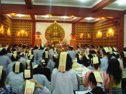 Một buổi lễ mê tín cúng sao giải hạn trong chùa. Ảnh: Cao Tâm