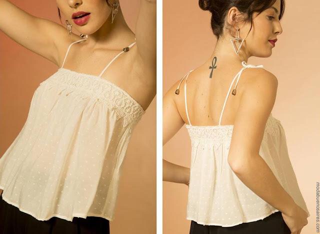 Blusas y tops con tiritas delicadas blancas primavera verano 2019. Moda mujer 2019.