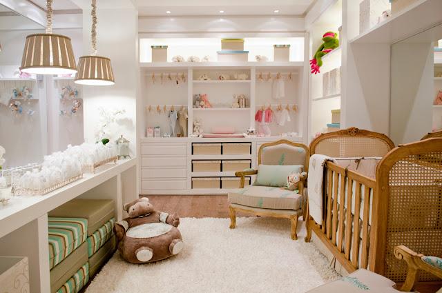Neste quarto de bebê projeto por Karin Heinzen destaque para os móveis retrô e para o closet do bebê. Nichos em marcenaria aproveitam todo o espeço útil das laterais.