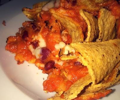 Nachos con salsa, formaggio e guacamole
