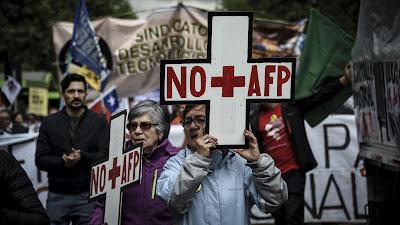 Chilenos se manifiestan contra el sistema de jubilación en Santiago (capital), 16 de octubre de 2016.