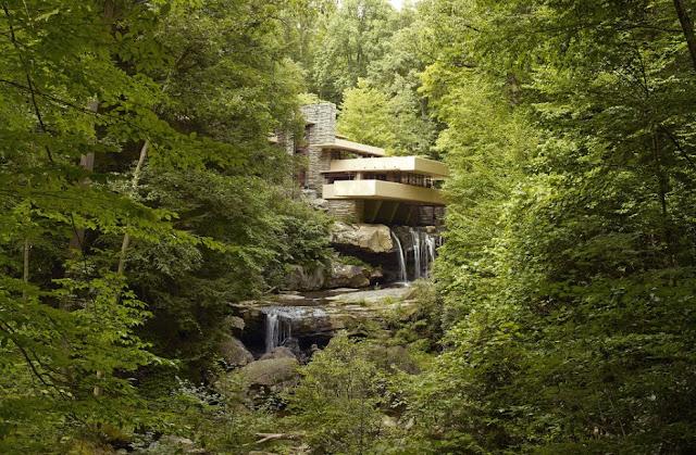 岩と融合した建築?自然と融合してしまった建築たち8選 滝と融合した建築 落水荘