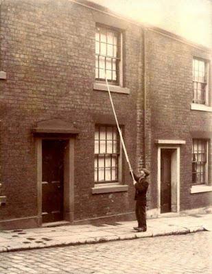 Δεκαετία του 1900, ο κύριος που βλέπετε εργάζεται στην υπηρεσία αφύπνισης της εποχής του, όταν δεν είχαν εφευρεθεί τα ξυπνητήρια.