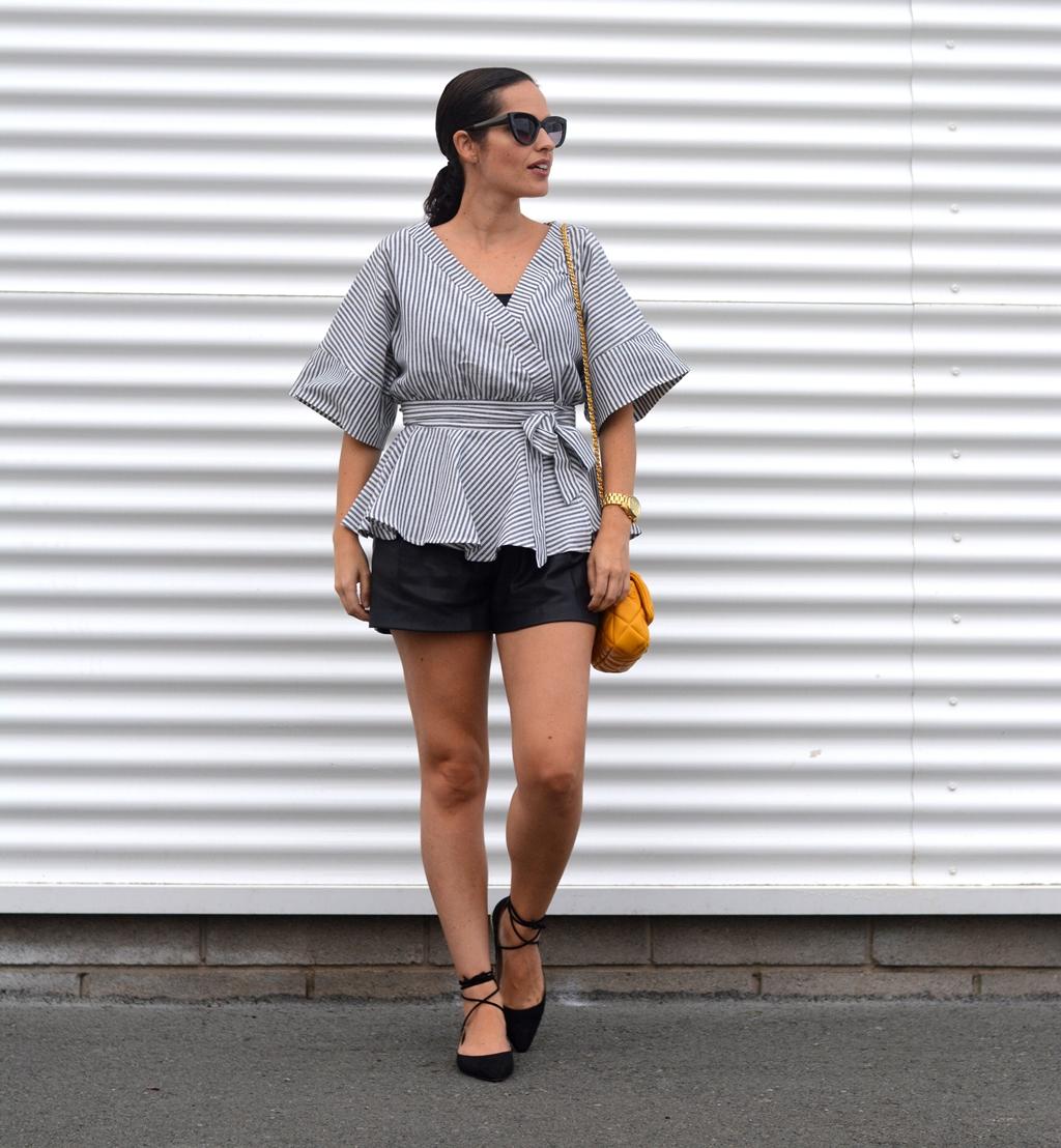 outfit-shorts-zara-tendencia-blusa-anudada-street-style