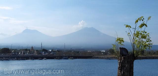 Gunung Ranti dan Gunung Merapi terlihat di Pantai Boom Marina Banyuwangi.