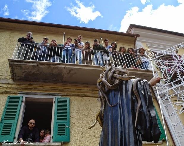 Cocullo, la statua di San Domenico Abate in processione