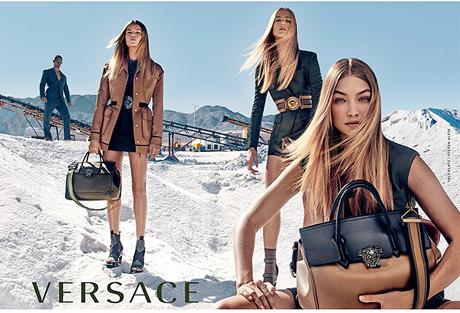 Na manhã de 15 de julho de 1997, uma notícia abalou o mundo da moda  Gianni  Versace foi assassinado com dois tiros na cabeça na porta de sua mansão de  35 ... 5c2661aa64