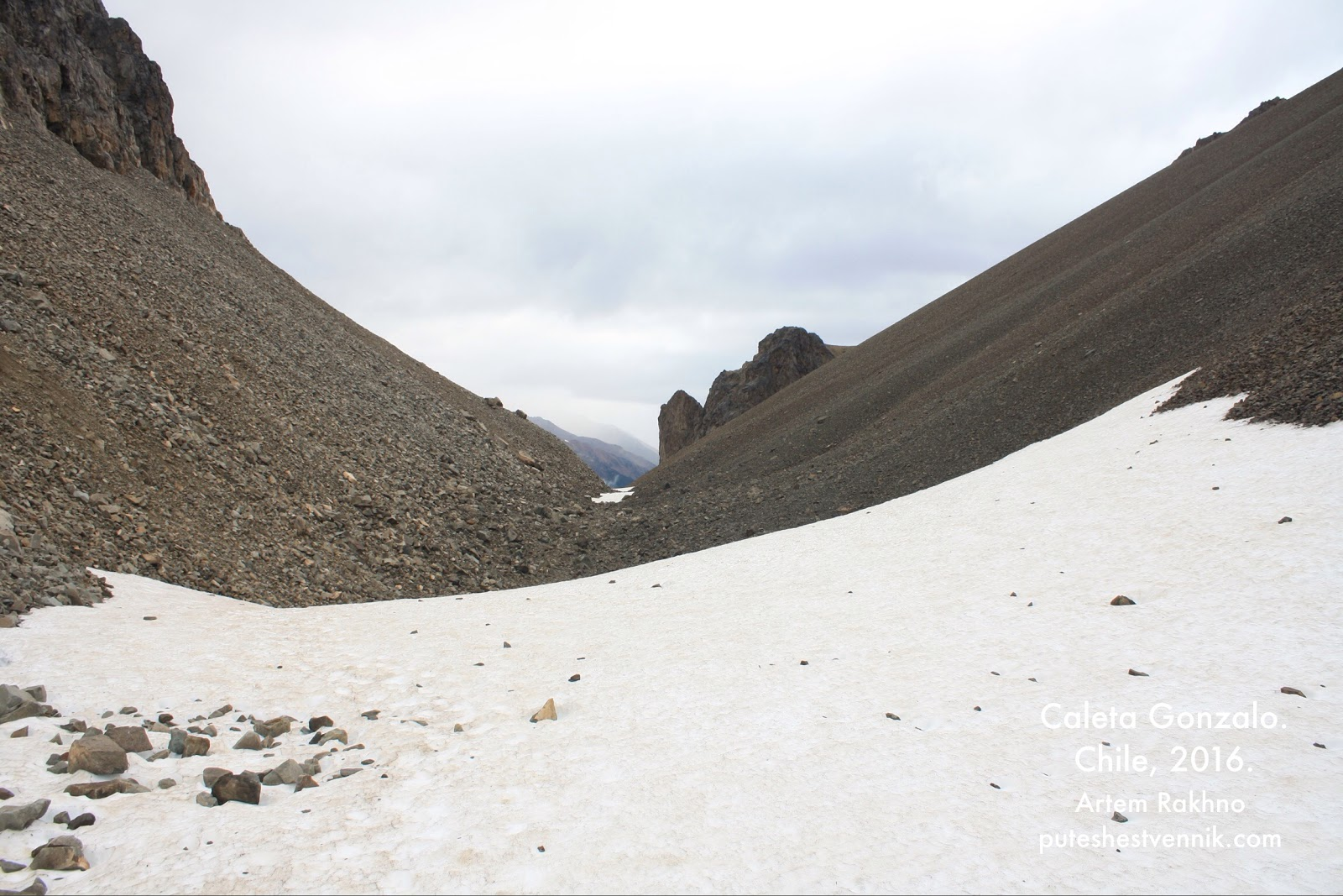 Снег и осыпь на перевале