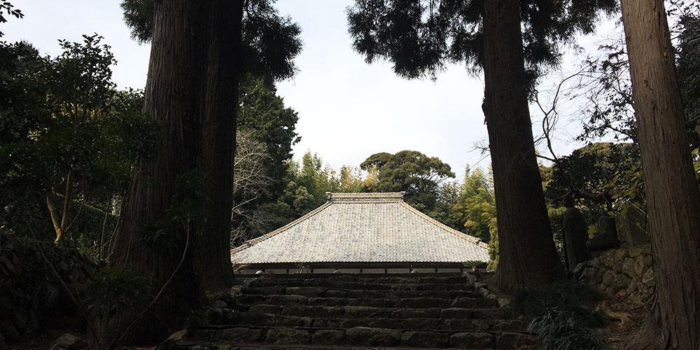 参道石段から見上げる宿蘆寺本堂(浜松市西区庄内町)
