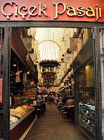 İstanbul'daki Çiçek Pasajı'nın giriş kapısı
