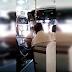 Microbusero se droga mientras llevaba a pasajeros (VIDEO)