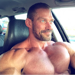 ANOTHER INSANELY HOT MUSCLE PIC!