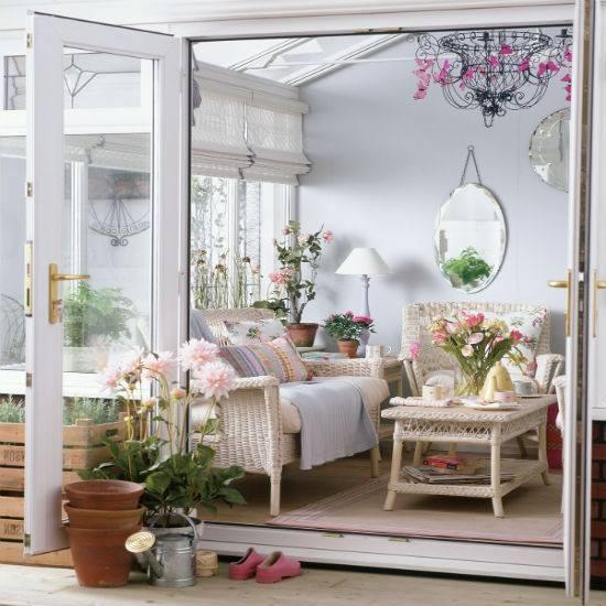Ruang Tamu Yang Cantik Dihiasi Dengan Bunga Memberi Suasaba Vintage