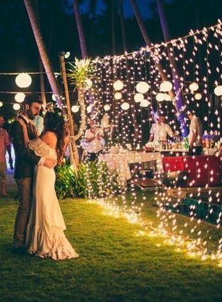 Decoración con luces colgantes para tu boda - Foto: www.refinery29.com