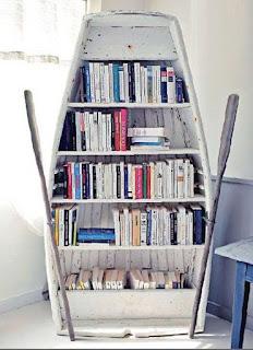 Librería elaborada a partir de una barca.