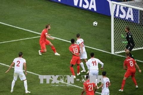 Cú ghi bàn quyết định của tiền đạo Anh Harry Kane (thứ 2, trái) vào những phút bù giờ cuối cùng