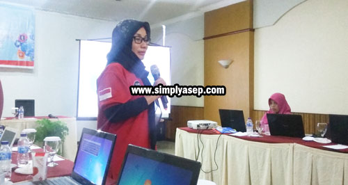Session from the Anti-Defamation Society (MAFINDO) Presented directly by its chairman Mrs. Dr Syarifah Ema Rahmaniah who carried the theme of the negative content approach. Photo of Asep Haryono