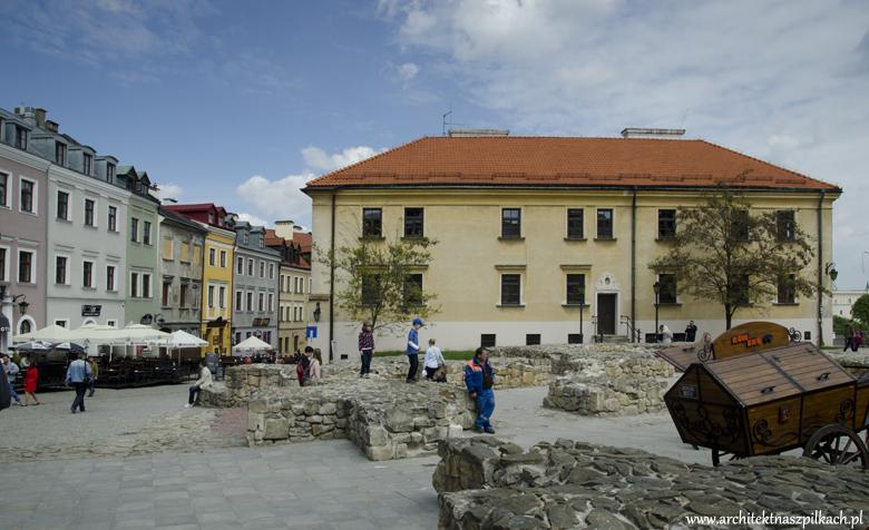 Lublin, plac w centrum, architekt na szpilkach