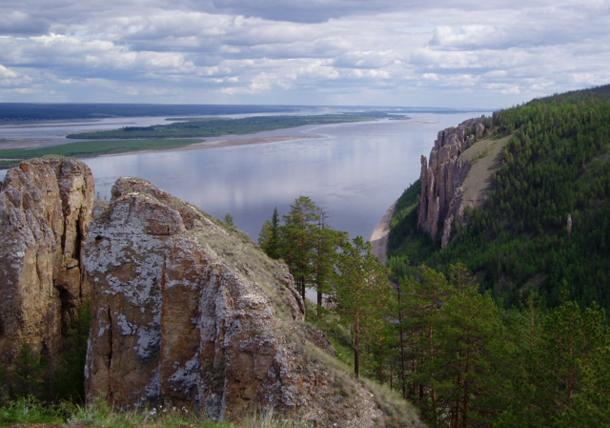 แม่น้ำที่ยาวที่สุดในโลก, แม่น้ำลีนาเป็นหนึ่งในสามแม่น้ำใหญ่ในไซบีเรีย อีกสองแม่น้ำคือแม่น้ำอ็อบ และแม่น้ำเยนีเซย์ แม่น้ำลีนาไหลลงสู่มหาสมุทรอาร์คติก