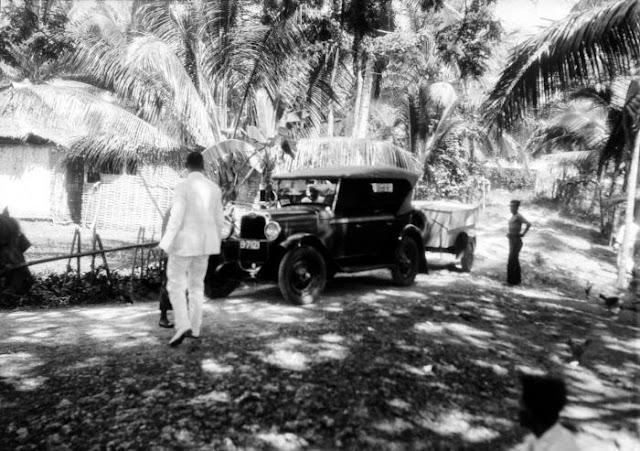 English: Car with trailer at Kalipucang Nederlands: Negatief. De aanhangwagen is een kampeerwagen met uitklapbare tent. Auto met aanhangwagen in Kalipoetjang Date : 28 May 1929 Dr. W.G.N. (Wicher Gosen Nicolaas) van der Sleen (Fotograaf/photographer). Sumber : COLLECTIE_TROPENMUSEUM http://commons.wikimedia.org/wiki/File:COLLECTIE_TROPENMUSEUM_Auto_met_aanhangwagen_in_Kalipoetjang_TMnr_10027526.jpg