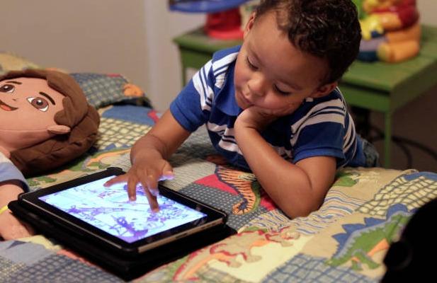 Akibat Anak Muda Kebanyakan Main Gadget: Akan Seperti Orang Tua