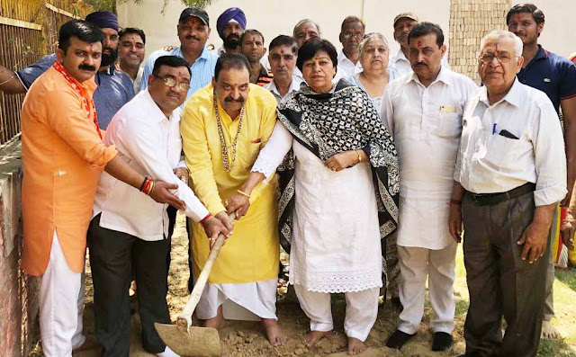 Radha Narula, the chairperson of the Faridabad Religious and Social Organization laid the foundation of the new hall.