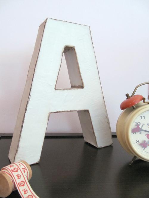 Letra de cartón decorada