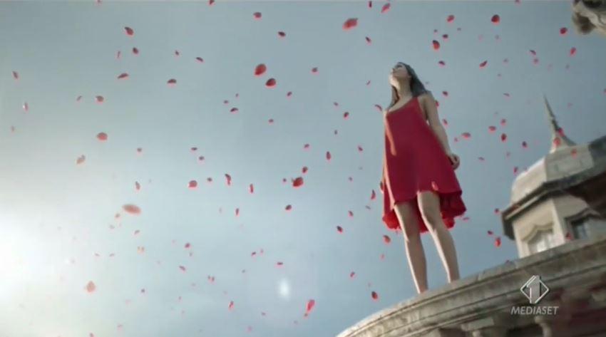 Muller Mix con modella vestito di rosso su un tetto con Foto - Testimonial Spot Pubblicitario Muller 2016