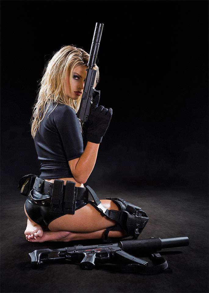 Голая с пистолетом