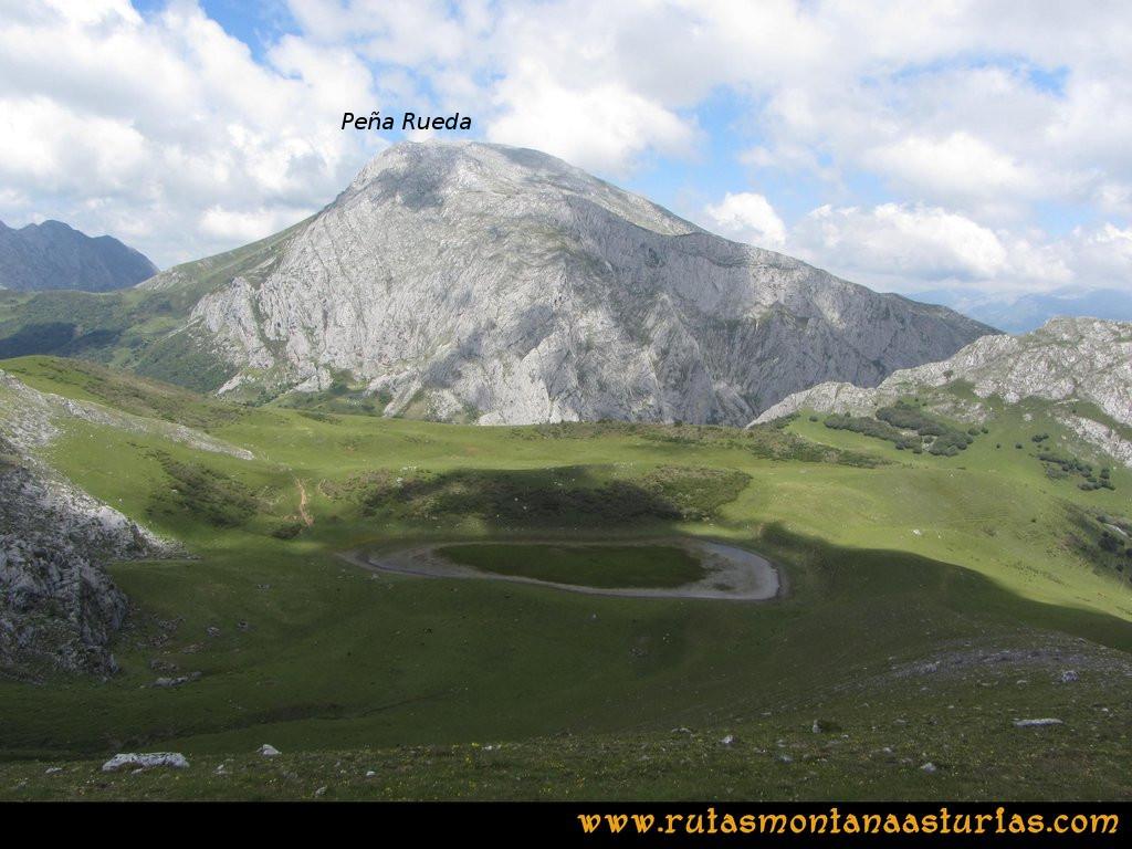 Ruta Tuiza Fariñentu Peña Chana: Vista de el Llegu y Peña Rueda desde Peña Chana