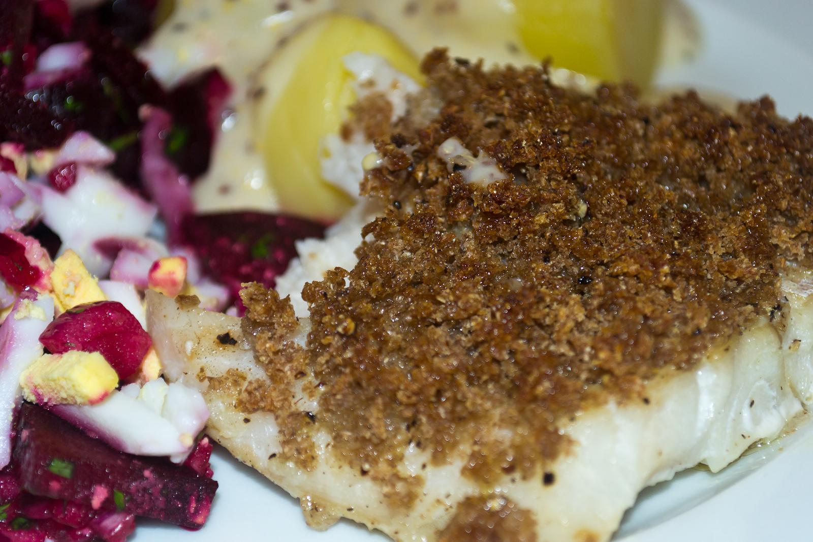 Ovnbagt torsk med rugbrødscrumble, rødbedesalat og sennepssauce | My Danish Kitchen