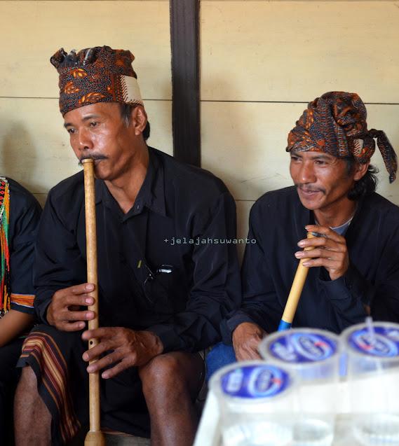 Iringan suling Lelaki Toraja untuk menghibur para tamu dalam rangkaian Upacara Rambu Solok Tana Toraja || jelajahsuwanto