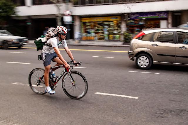 Un ciclista en movimiento por la ciudad