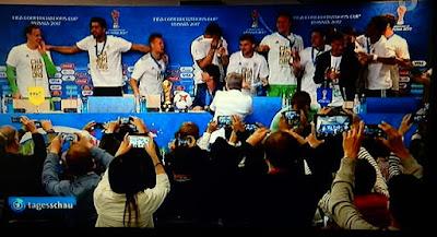 http://www.express.de/sport/fussball/bierdusche-nach-final-sieg-confed-cup-helden-stuermen-pressekonferenz---loew-mittendrin-27902384?originalReferrer=