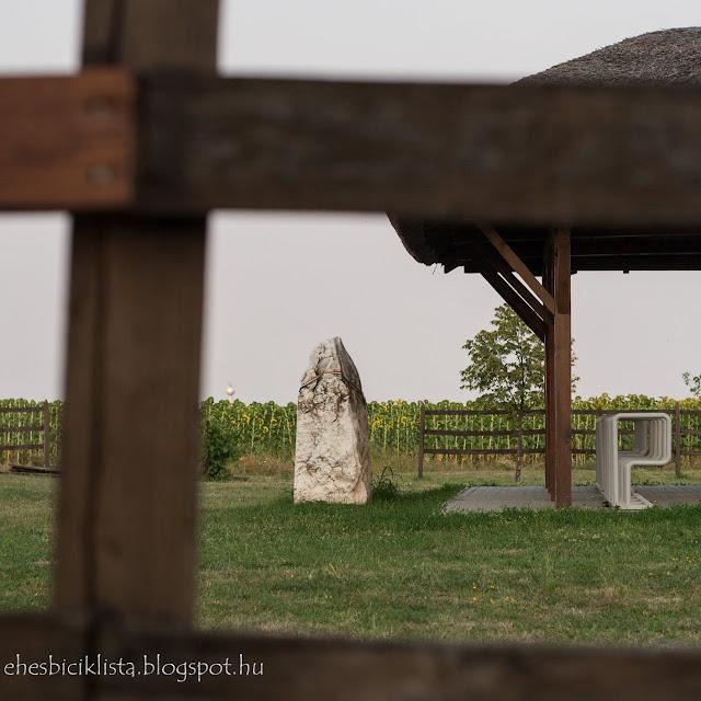 A Tiszaszigeti Mélypont emlékműve és biciklitároló
