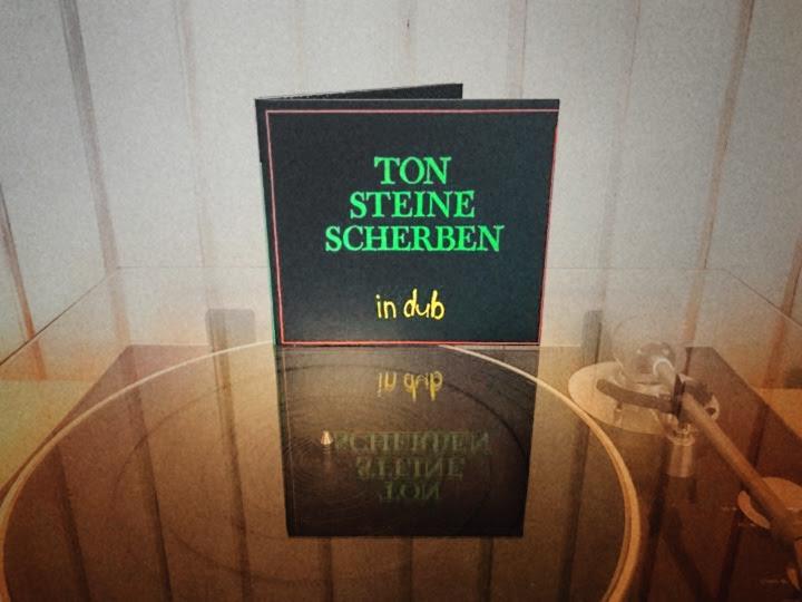 Ton Steine Scherben in Dub CD auf einem Plattenspieler