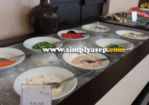 SALAD : Yang suka cuci mulut pake Salad, dipersilahkan merapat di sini. Segar dan sudah pasti menyehatkan. Foto Asep Haryono