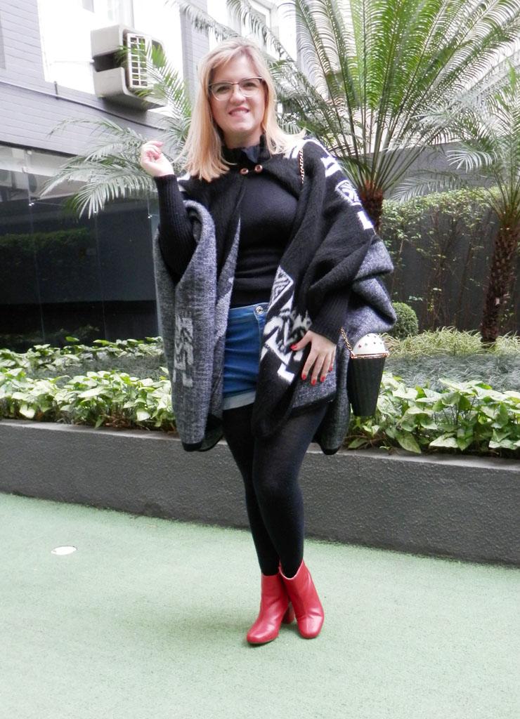 Look: Poncho com bota vermelha