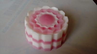 Jabón-natural-glicerina-flor-nata-fresa-perlada-Chaladura-de-jabones